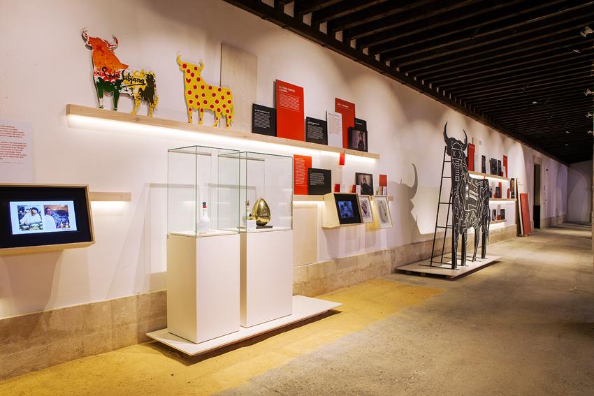 Espacio Toro Gallery: Aparece la botella diseñada por Salvador Dalí y los toros de algunos famosos del proyecto 50 aniversario del Toro de Osborne.