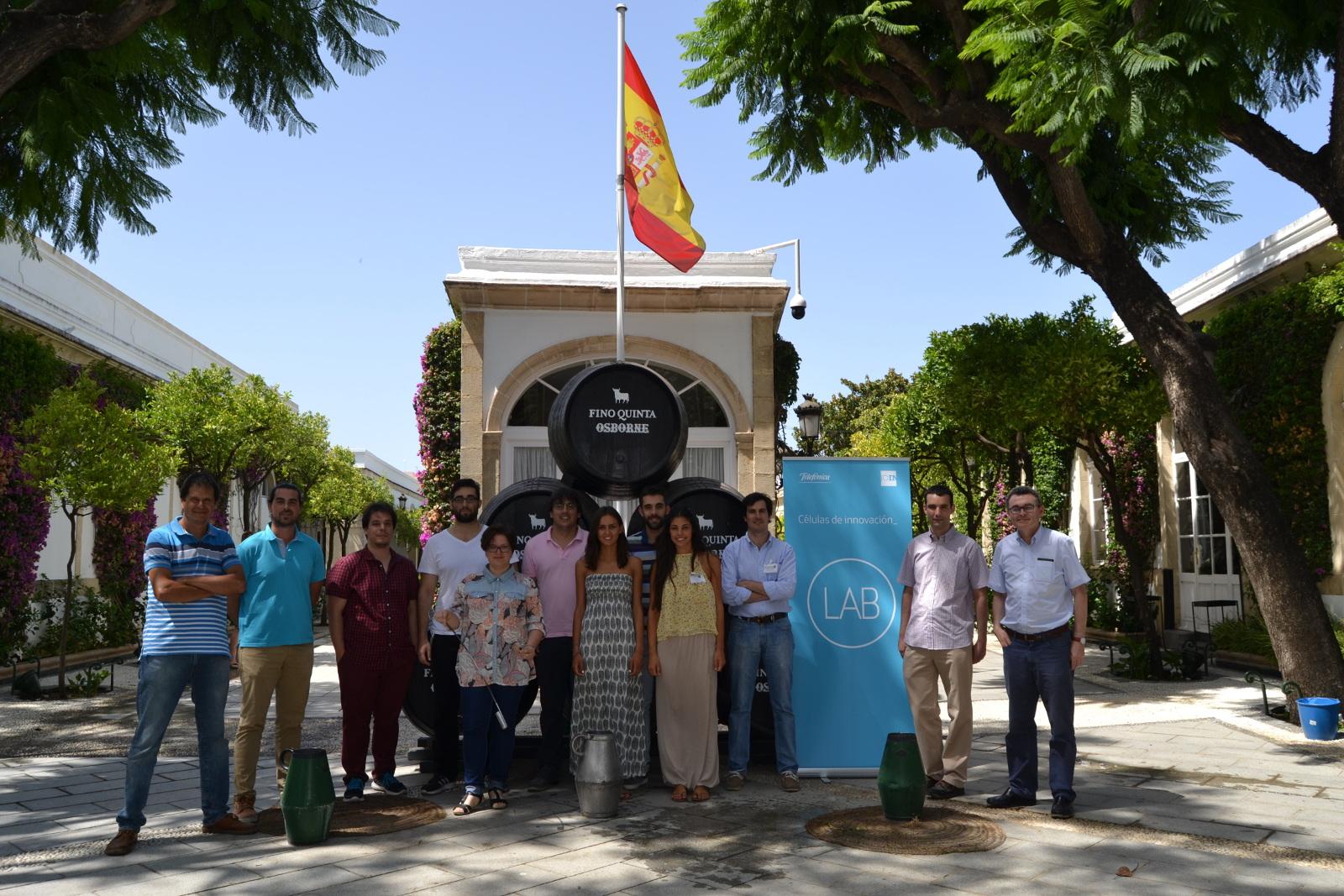 Foto de grupo de los alumnos y sus tutores en la entrada de la Bodega de Mora, en El Puerto de Santa María