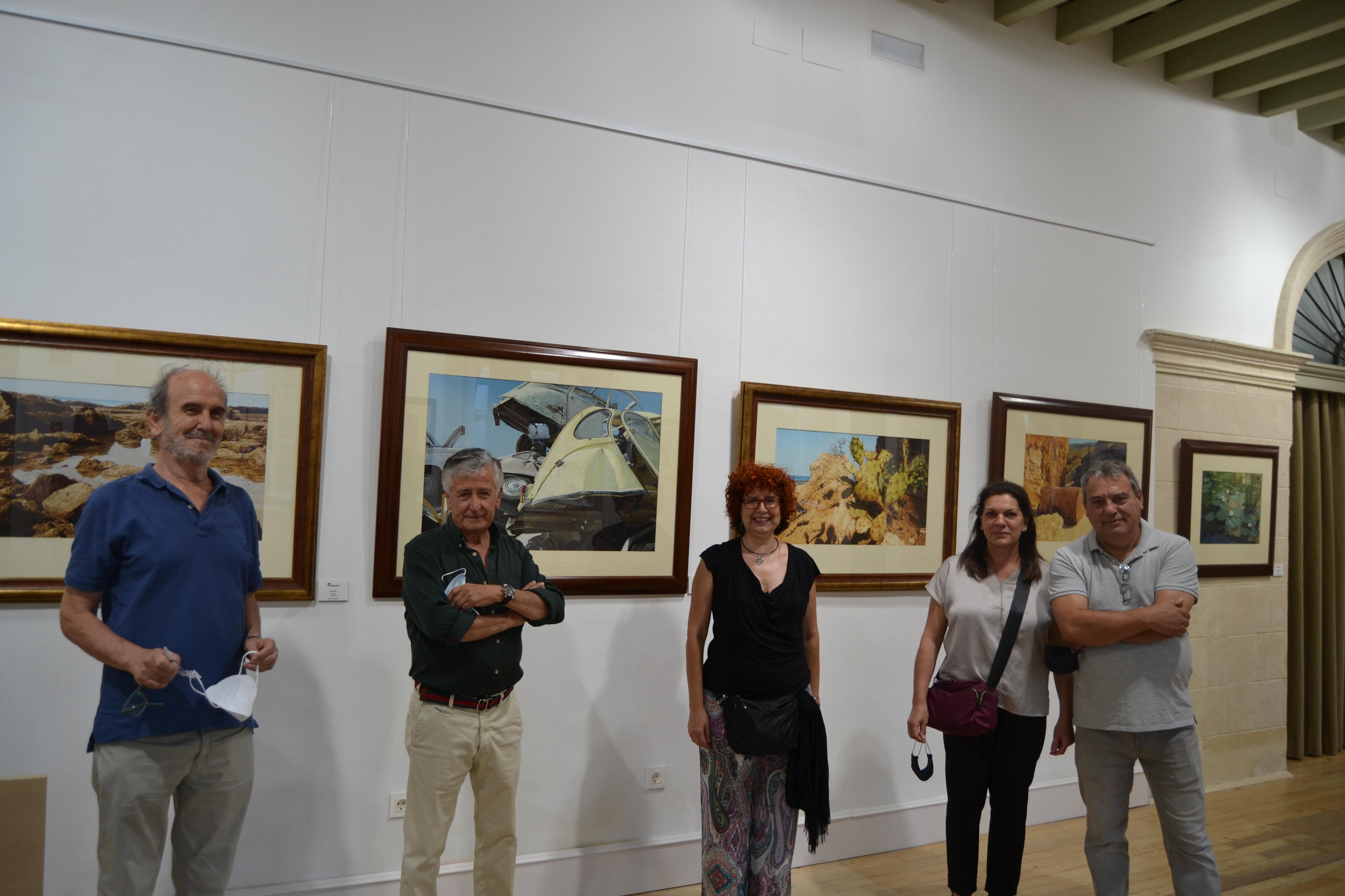 Juan Herrador en su exposición y amigos