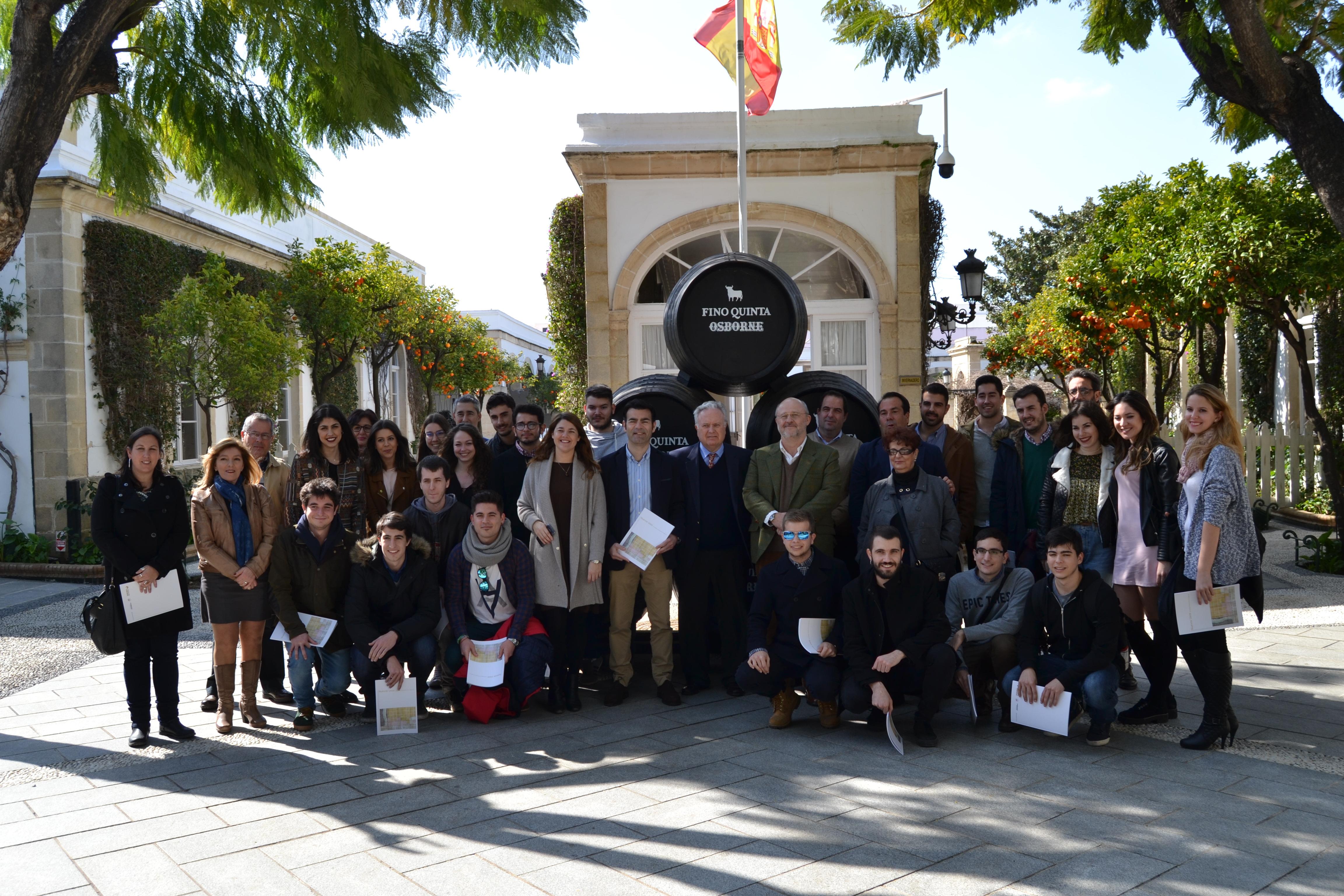 Foto de grupo de todos los participantes del Proyecto en nuestra Bodega de El Puerto de Santa María; aparecen alumnos y familiares, profesores, Ayuntamiento, etc…