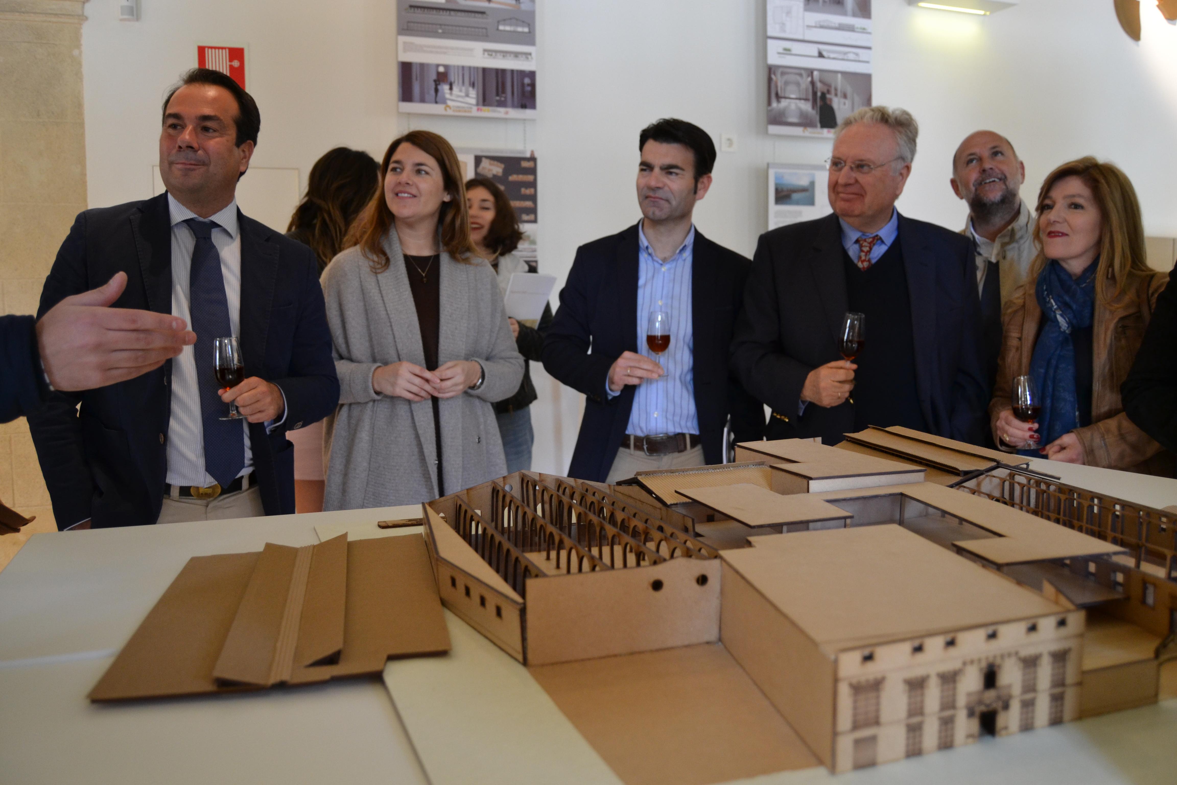 Aparece un alumno de Arquitectura presentando la maqueta de su proyecto, al presidente de la Fundación y a los medios de comunicación entre otros