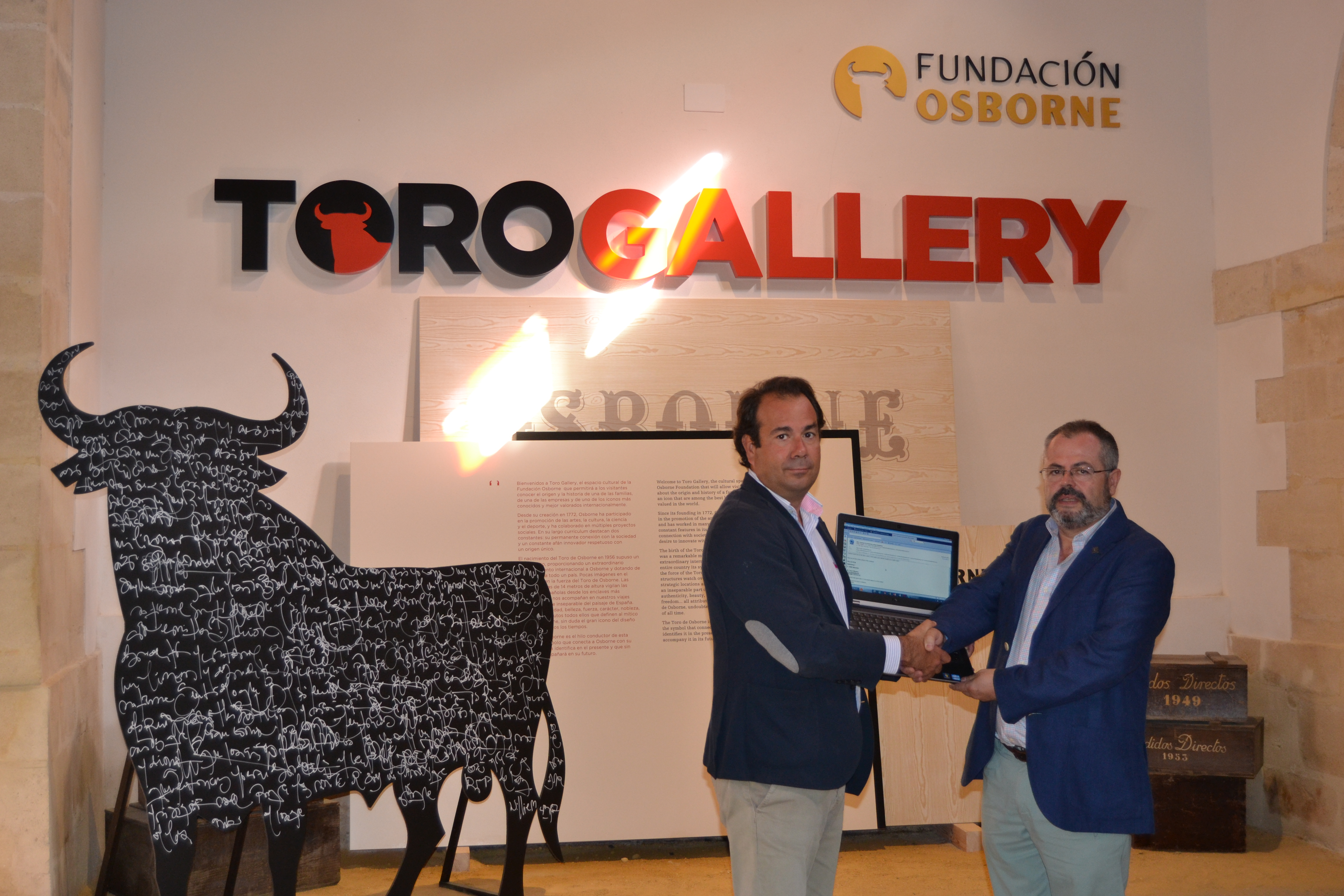 Momento en el que se lleva a cabo la donación de los ordenadores. Aparece Lorenzo Rus, Director de fundación SAFA San Luis junto con nuestro Director de Comunicación, Ivan Llanza en nuestro espacio cultural Toro Gallery.