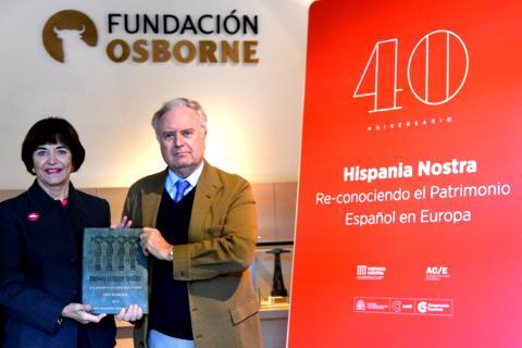 En primer lugar tenemos a la presidenta, Araceli Pereda Alonso de la asociación Hispania Nostra, entregando al presidente de nuestra Fundación Osborne el Premio 2016 al Toro de Osborne en la categoría de: Señalética del Patrimonio Cultural.