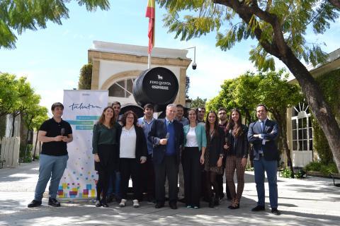 Foto de los 10 alumnos el día de la presentación del Proyecto de Telefonica